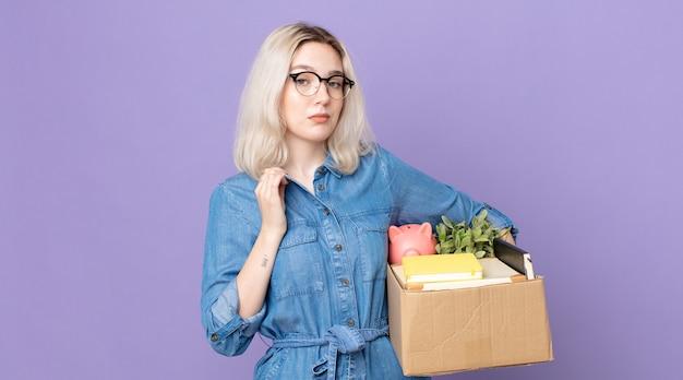 Молодая красивая женщина-альбинос выглядит высокомерной, успешной, позитивной и гордой. концепция увольнения
