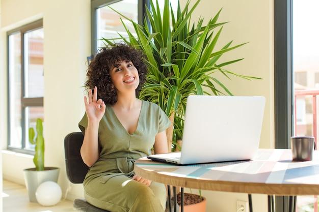 테이블에 노트북으로 젊은 예쁜 아랍 여자