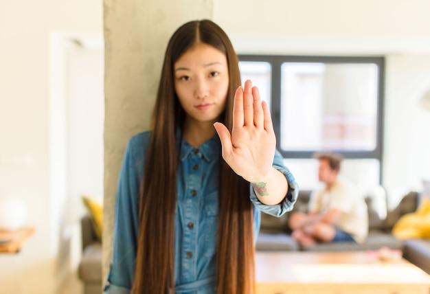 真剣に見える若いかなりアジアの女性