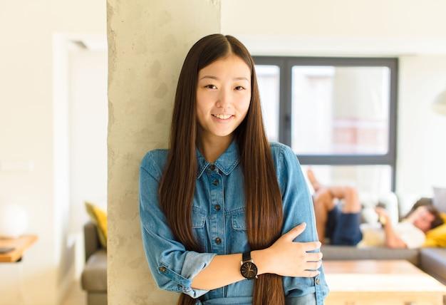 실내 티셔츠를 입고 젊은 꽤 아시아 여자