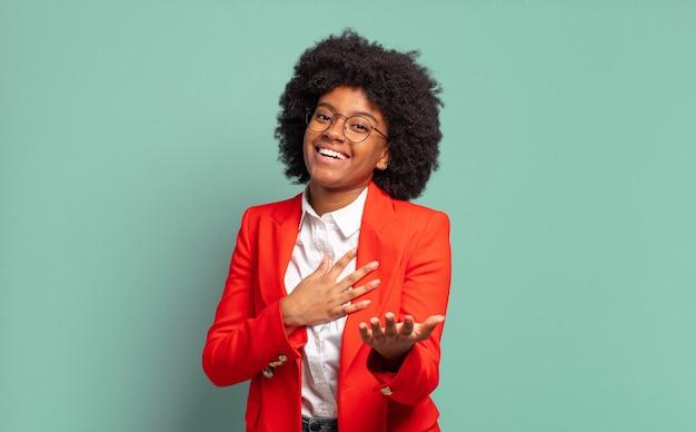 笑っている若いきれいな黒人女性