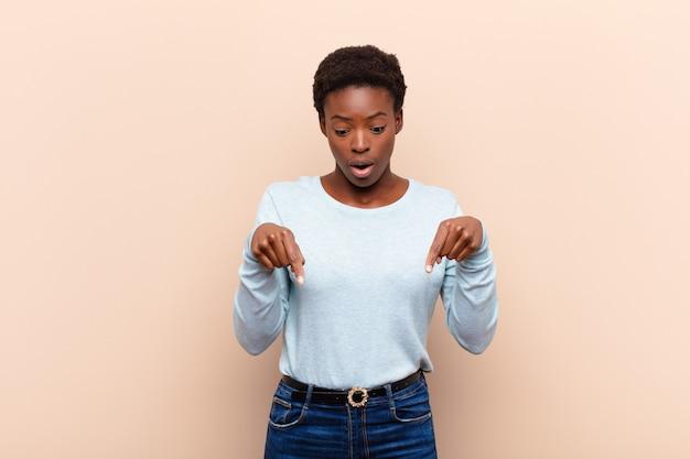 ショックを受けた、口を開けた、驚いた、かなり信じられない、驚きの若い下向きの黒人女性