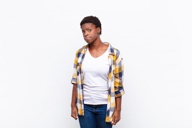 若いかなり黒人女性間抜けな、クレイジーな、驚いた表情、頬を膨らませる、ぬいぐるみ、脂肪、そして食べ物でいっぱい