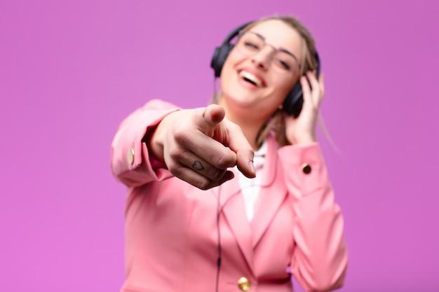 Молодая красивая блондинка прослушивания музыки в наушниках