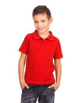 패션 모델로 포즈를 취하는 젊은 예쁜 소년
