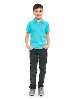 Молодой симпатичный мальчик позирует в студии как фотомодель. фото дошкольника 8 лет над белой