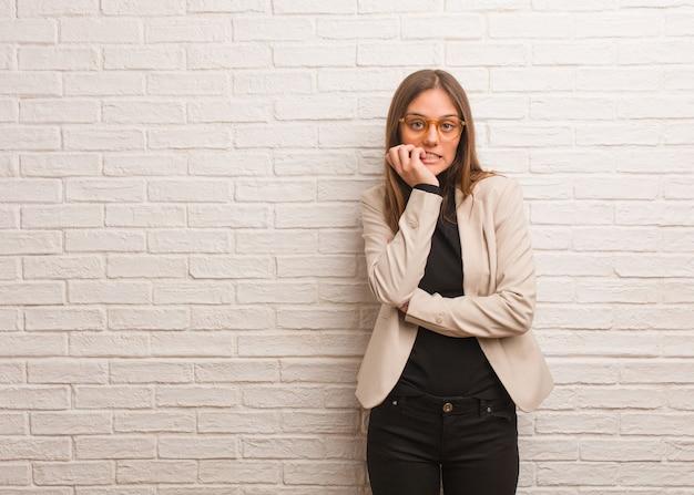 若いかなりビジネス起業家女性の爪を噛む、神経質で非常に心配