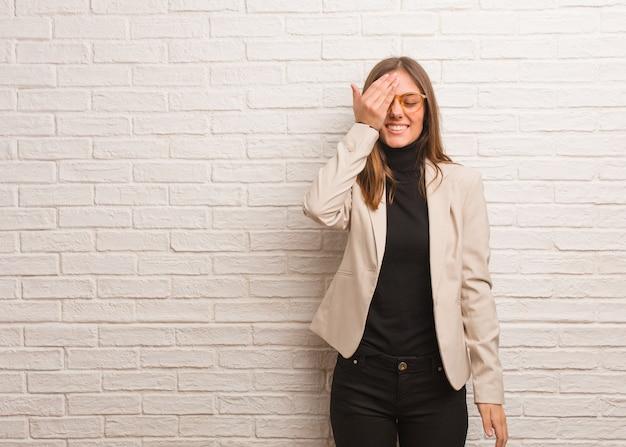 若いかなりビジネス起業家女性忘れっぽい、何かを実現