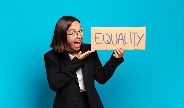 젊은 예쁜 사업가 평등 개념