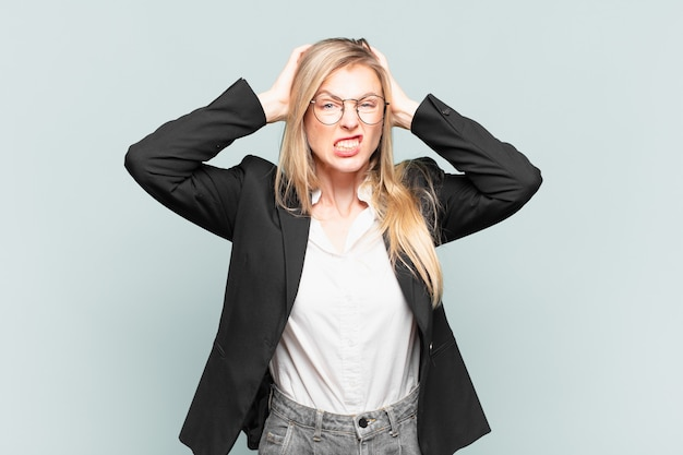 젊고 예쁜 여성 사업가는 좌절하고 짜증을 내고, 아프고, 실패에 지쳤고, 지루하고 지루한 일에 지쳤습니다.