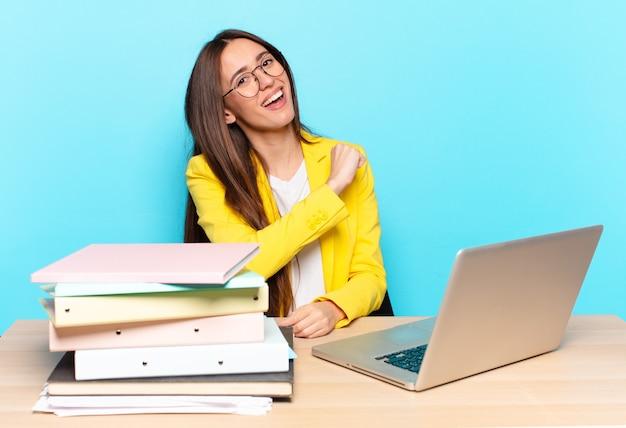 Молодая красивая деловая женщина чувствует себя счастливой, позитивной и успешной, мотивированной, когда сталкивается с проблемой или празднует хорошие результаты