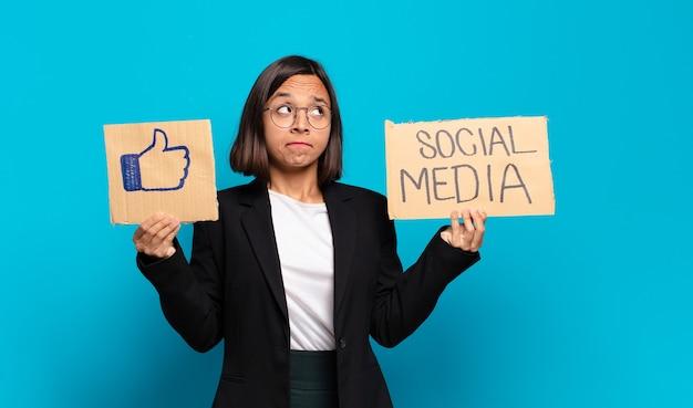 Молодая красивая бизнесвумен концепция социальных сетей