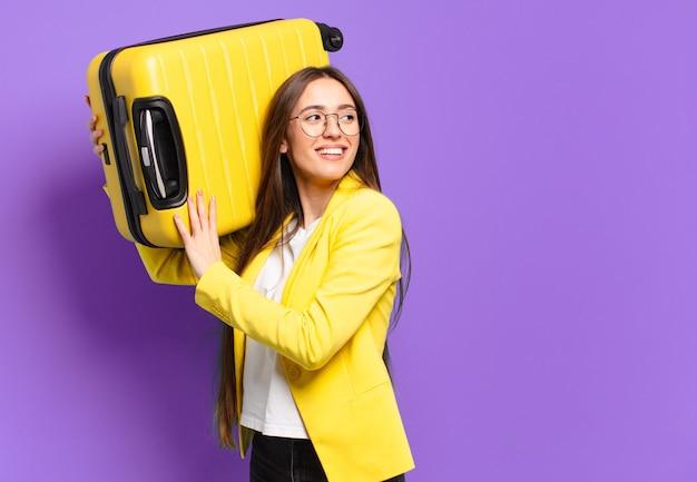 Молодая красивая деловая женщина с чемоданом