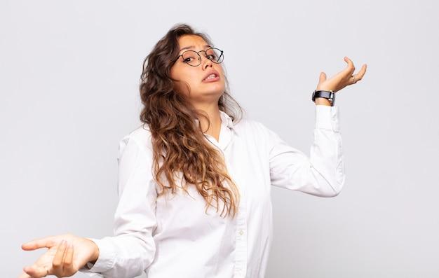 Молодая красивая деловая женщина в очках