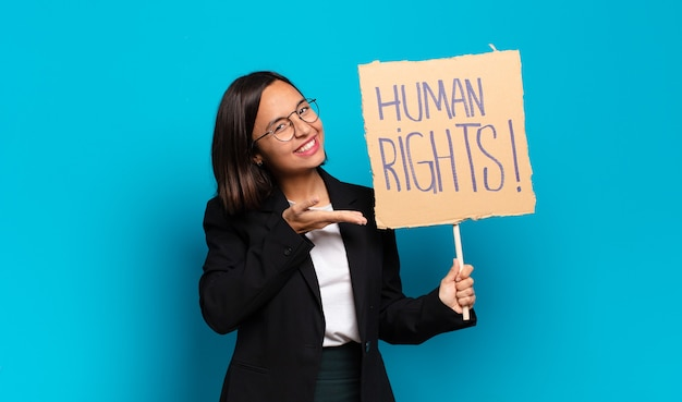 人権バナーを持つ若いかわいい実業家