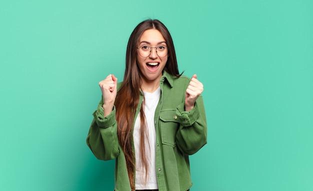 충격, 흥분, 행복, 웃음과 성공 축하, 와우라고 말하는 젊은 꽤 캐주얼 여성!