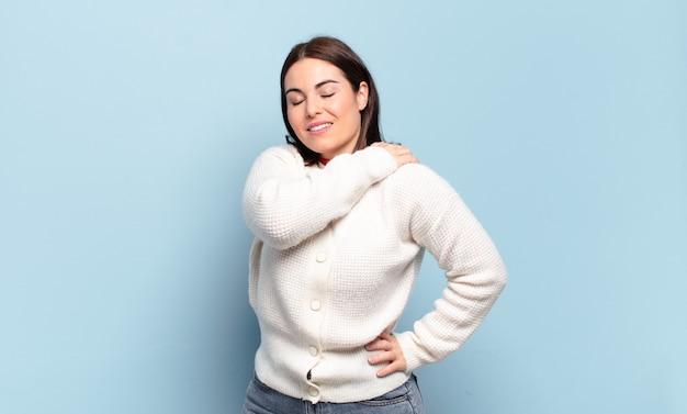 Молодая довольно непринужденная женщина чувствует усталость, стресс, тревогу, разочарование и депрессию, страдает от боли в спине или шее