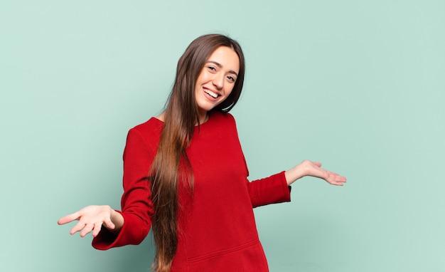 행복하고, 오만하고, 자랑스럽고, 자기 만족을 찾는 젊은 꽤 캐주얼 여성, 넘버원 같은 느낌