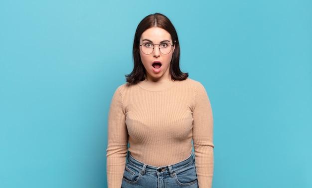 ショックを受けた、怒った、イライラした、または失望した、口を開けて激怒しているように見える若いかなりカジュアルな女性