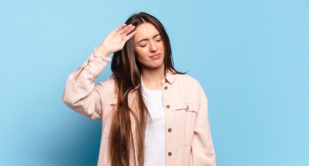 ストレス、疲れ、欲求不満を見て、額から汗を乾かし、絶望的で疲れ果てているように見える若いかなりカジュアルな女性