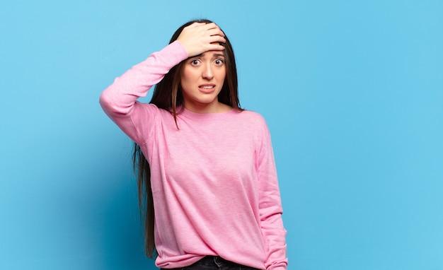 Молодая довольно непринужденная женщина паникует из-за забытого дедлайна, чувствует стресс, вынуждена скрывать беспорядок или ошибку