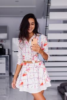 Giovane blogger di moda donna abbastanza caucasica che indossa abiti alla moda