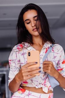 Молодой симпатичный кавказский модный блоггер в стильной одежде