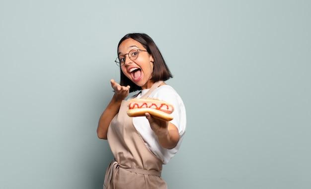 Молодая красивая женщина шеф-повара. концепция быстрого питания