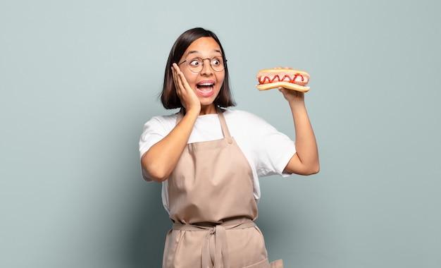 젊은 예쁜 요리사 여자. 패스트 푸드 개념