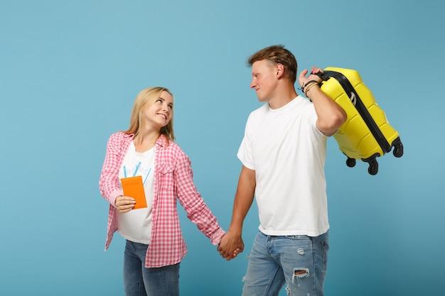 젊은 예쁜 부부 두 친구 남자와 여자 흰색 분홍색 티셔츠 포즈