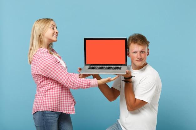 白いピンクのtシャツのポーズで若いかわいいカップル2人の友人の男性と女性