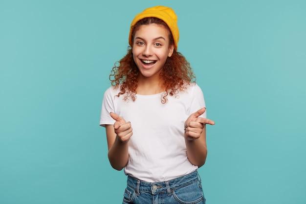 孤立したカジュアルな髪型を持つ若いかなり巻き毛のブルネットの女性