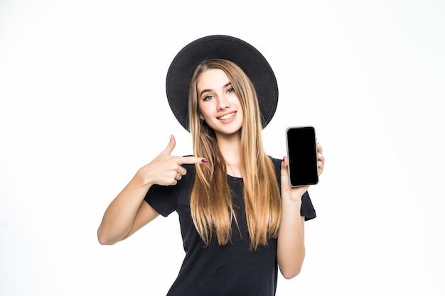 若い可愛い女の子が白い背景で隔離の携帯電話の画面に示しています