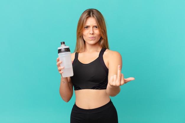 Молодая красивая фитнес-женщина чувствует себя сердитой, раздраженной, мятежной и агрессивной
