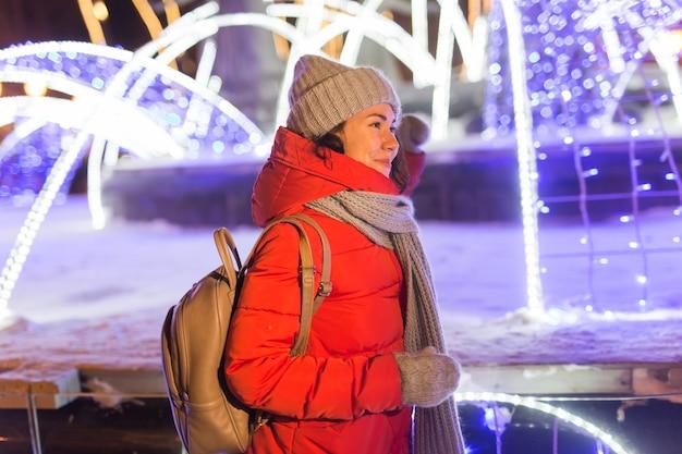겨울에 야외에서 재미 젊은 꽤 재미 있는 소녀. 크리스마스, 도시 및 겨울 휴가 개념입니다.