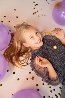Молодая красивая девушка на праздничной вечеринке