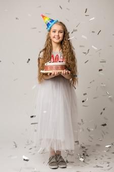 10 년 기념일을 축 하하는 젊은 예쁜 여자