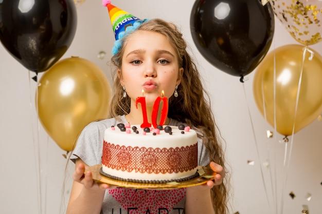 Молодая красивая девушка празднует десятилетний юбилей