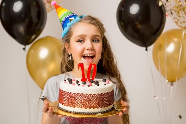 10周年を祝う若いかわいい女の子