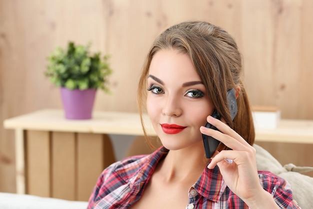 電話で話している若いきれいな女の子