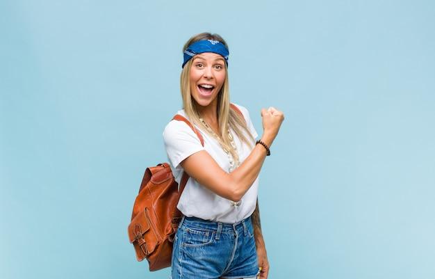 도전에 직면하거나 좋은 결과를 축하 할 때 행복하고, 긍정적이고, 성공하고, 동기 부여 된 젊은 예쁜 히피 여성