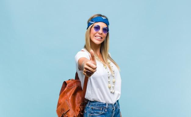 革のバッグを持つ若いかわいいヒッピーの女性