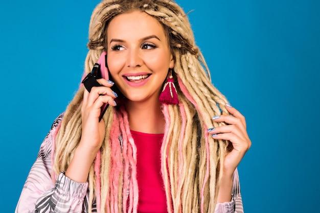 전화로 말하기 젊은 예쁜 hipster 여자
