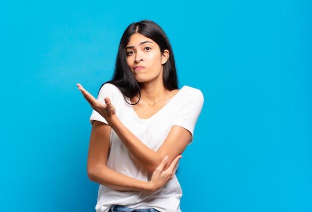 Молодая симпатичная латиноамериканка чувствует себя смущенной и невежественной, задаваясь вопросом о сомнительном объяснении или мысли