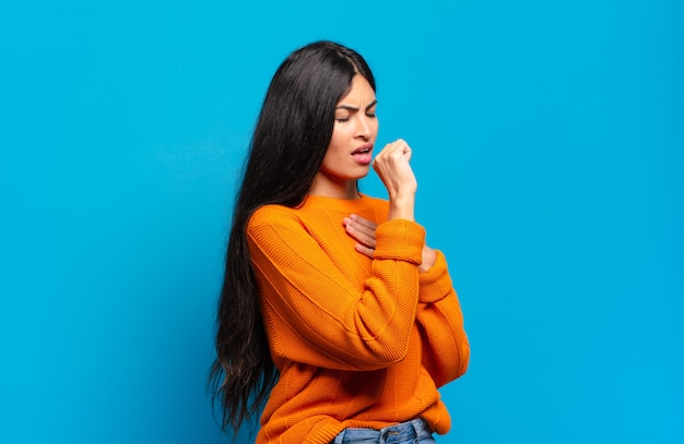 인후염과 독감 증상으로 아픈 젊은 꽤 히스패닉 여성