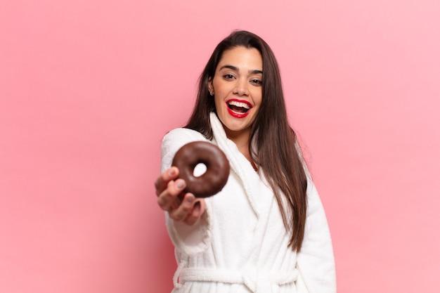若いかなりヒスパニック系の女性。幸せで驚きの表情。朝食のコンセプト