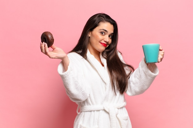 若いかなりヒスパニック系の女性の幸せと驚きの表現の朝食の概念