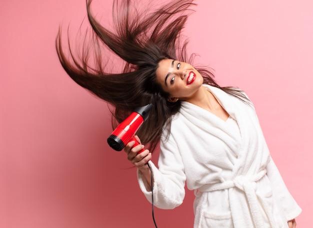 Молодая симпатичная латиноамериканская женщина. счастливое и удивленное выражение. фен концепция