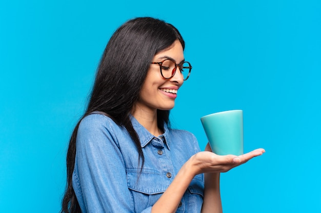 Молодая красивая латиноамериканская женщина с кофе
