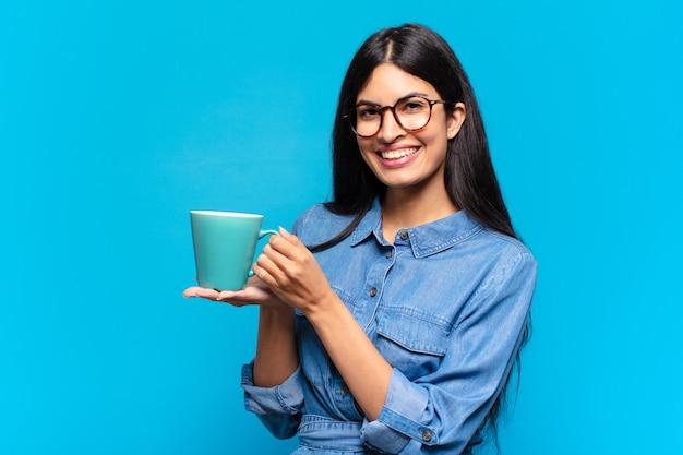 커피를 마시고 젊은 꽤 히스패닉 여자